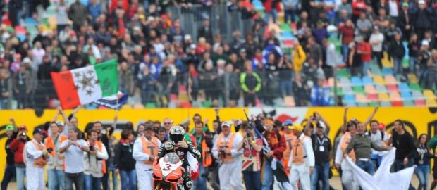 (2 volte) Campione del Mondo con una moto italiana: Max ce l'ha fatta, Valentino no. Una storia che racchiude due lezioni di vita.